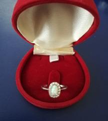 Prsten od bijelog zlata i opala