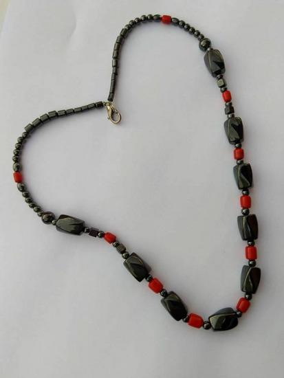 Ogrlica od crnog onixa i koralja