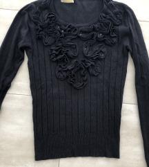 Crni pulover s volanima