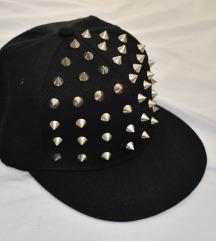 🔴 SALE 🔴 Crna kapa sa metalnim dodacima