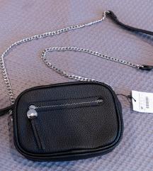 Stradivarius crna torbica na poklon