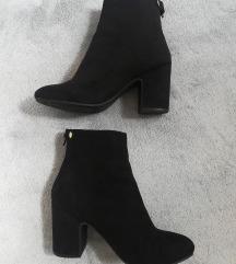 crne čizme na petu brušena koža