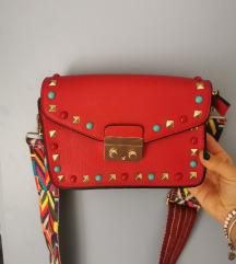 Crvena torbica s šarenom ručkom