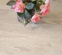 Staklena vaza sa ruzama