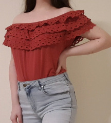 Off the shoulder crvena majica