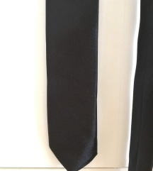 Crna, jednostavna, tanka kravata