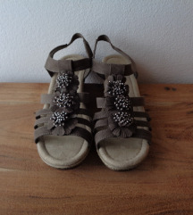 Nove smeđe sandale na punu petu