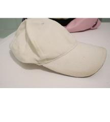 Bijela sportska kapa šilterica