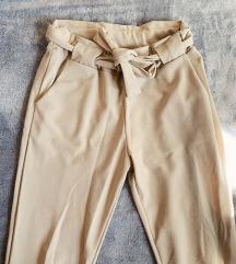Uske bež hlače na vezanje