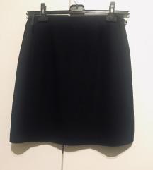 Crna suknja iznad koljena