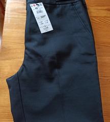 Nove Reserved crne hlace s etiketom