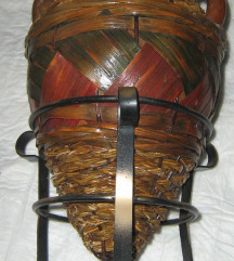 amfora vaza na metalnom postolju