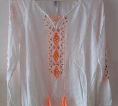 Bijela košulja s šarenim detaljima