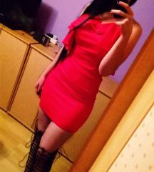 Crvena haljina i crne čizme