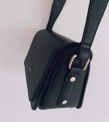 Čvrsta crna torbica sa debelim remenom - novo