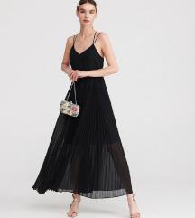 Reserved plisirana crna haljina s etiketom