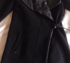 Bershka crni kaput na preklop