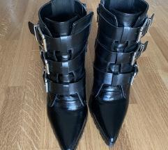 Crne čizme s remenim