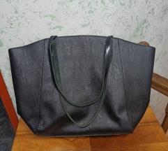 Crna prostrana torba