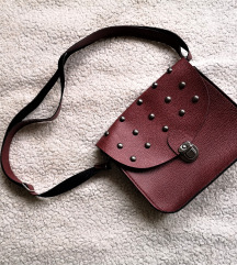 Crvena kožna torbica sa zakovicama