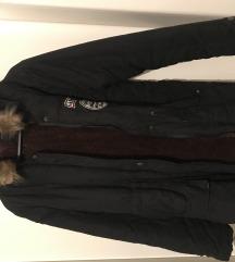 Crnna jakna sa smedim krznom i kapuljacom