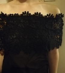 Crna majica s cvjetnim detaljima