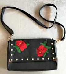 Crna kožna torbica - cvjetni uzorak i biseri