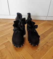Potpuno nove crne čizme