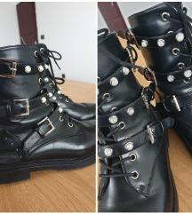 Bajkerske crne čizme s biserima i zakovicama