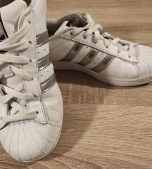 Adidas Superstar, može zamjena za bundu