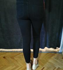 Crne hlače s crtama