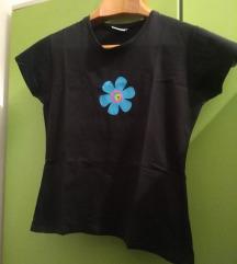 Crna majica s cvijetom