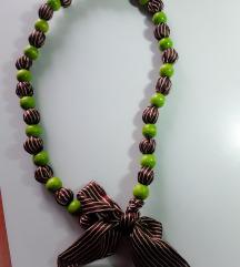 Zeleno-smeđa neobicna ogrlica