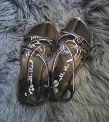Nove sandale (ug 21,5 cm)