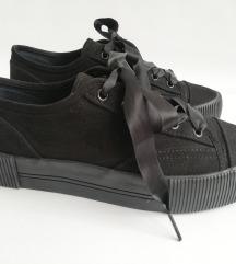 Crne tenisice sa satenskim vezicama