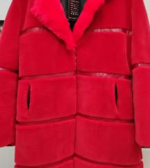 Crveni kaputić od umjetnog krzna