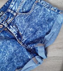 2 kratkih hlačica