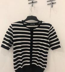 Crno-bijeli prugasti pulover