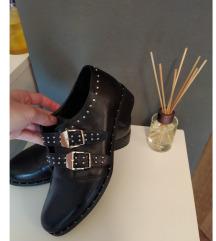 Cipele sa zakovicama