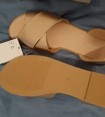 Nove sandale s etiketom