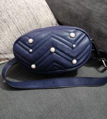 Plava torbica oko struka