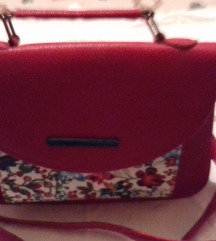 Crvena torba sa cvjetnim depom