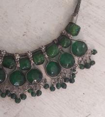 Kratka ogrlica zelenkaste boje