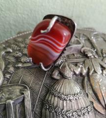 Krasan srebrni kovani prsten s prugastim karneolom