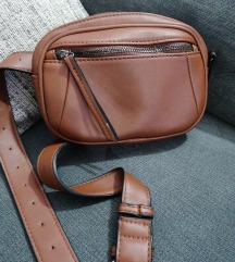 Smeđa torbica oko struka