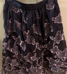 Crna suknja sa cvjetnim uzorcima