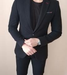 Tamnoplavo muško odijelo