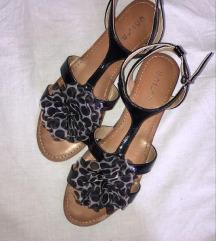 Crne sandale s cvijetom