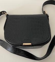 Mala crna torba sa krokodilskim uzorkom