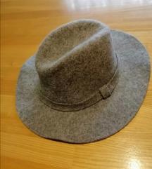 Sivi vuneni šešir sa uključenom poštarinom